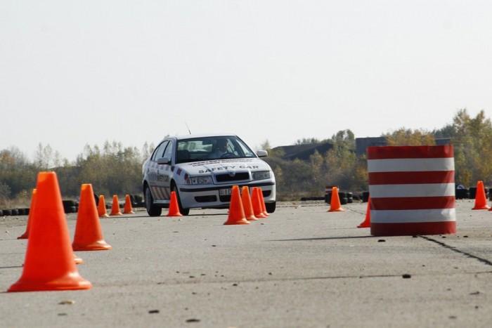 Megizzasztják a sofőrt a kikerülések, mert visszatéréskor az autó könnyen keresztbe áll
