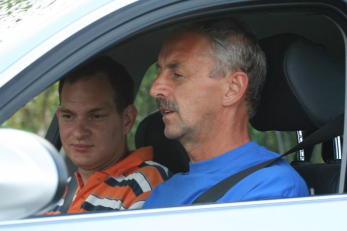 Szerkesztőségünk tagjai lassan tíz éve járnak autót tesztelni és tanulni Székely Gyulához (a kép előterében), hogy biztonságosabban vezessünk