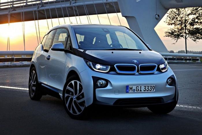 BMW i3 - A BMW első elektromos járműve különleges, alumínium modulra épülő szénszálas vázszerkezetet kapott, a négyméteres autó mozgatásáról egy 170 lóerős villanymotor gondoskodik, a maximális hatótávolság 200 kilométer.