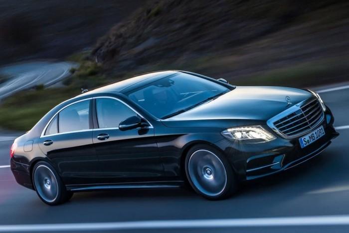 Mercedes-Benz S-osztály - Vadonatúj technológiákkal, kizárólag LED-es fényforrásokkal érkezett idén a német luxuslimuzin új kiadása. Kezdeti motorválasztéka Egy benzines (S500, 455 LE) és egy dízelmotorból (S 350 Bluetec, 258 LE), valamint két hibridből állt. Érkezik még egy konnektoros hibrid, és közben megszületett az 585 lóerős S63 AMG csúcsverzió is