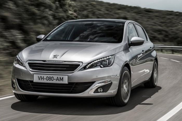 Peugeot 308 - Korlátozott karosszériaválasztékkal, de alapvető technológiai változásokkal lépett színre a vadonatúj padlólemezre épülő 308-as. A jóval könnyebb autó motorválasztékának gerince megegyezik a Citroën C4 Picasso bevezetéskori kínálatával; azt egy 82 lóerős 1.2 VTI benzinmotor egészíti ki.