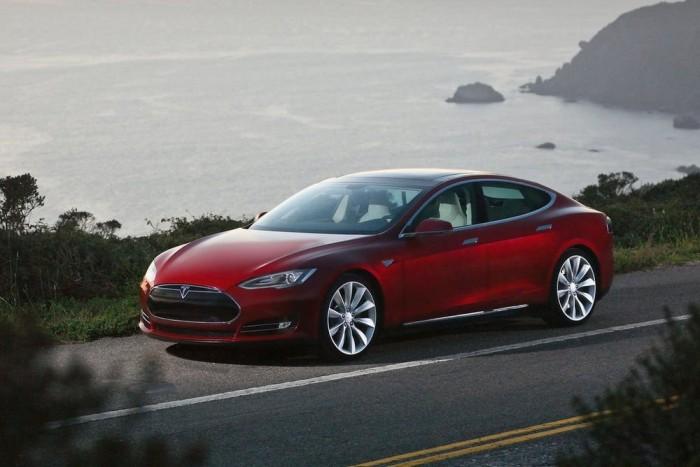 Tesla Model S - Kifejezetten elektromos autónak tervezett, innovatív megoldásokkal telezsúfolt nagyautó. Hatalmas belső tér, három teljesítményszint (302, 362, 416 LE), 335-425 km hatótávolság és egy világhódító terveket dédelgető vállalat.
