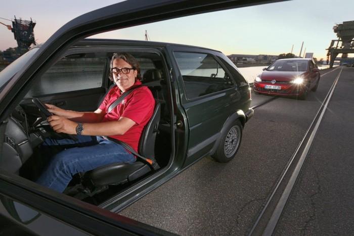 Kicsit magas az üléspozíció a kettes Golfban, de kényelmes. Az utastér letisztult, funkcionális. Nincs sok állítási lehetőség