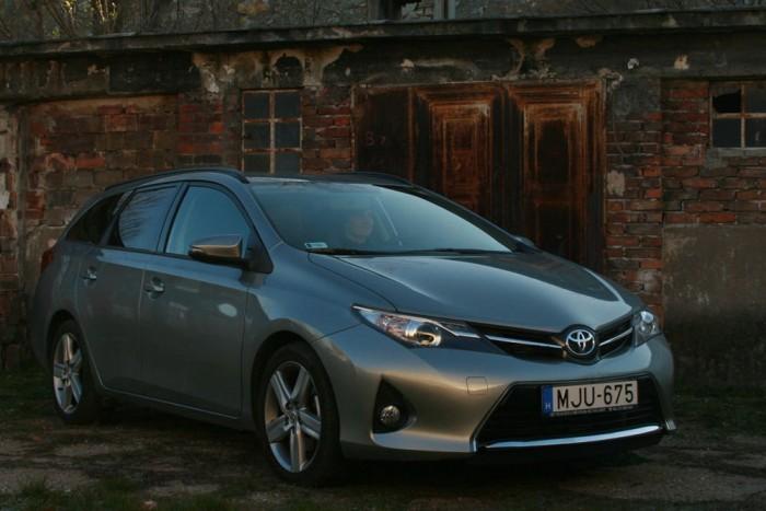A Toyota a Hondával egyszerre látta be, hogy megéri kifejleszteni a csak Európában népszerű kompakt kombit. A