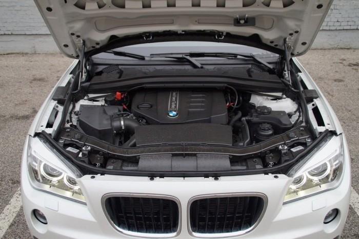 A kétliteres dízel 25d jelzéssel 218 lóerőt tud az X1-esben. Figyeljék meg, hogy a motorháztetőn nincs alul zajvédő szigetelés - hangos is a motor, kint is, bent is zajosabb, mint kéne