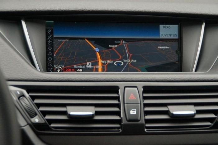 A 950 ezer forintos navigáció (Bluetooth-szal, hangvezérlő modullal) döbbenet 2013-ban, de a menürendszer, a képminőség csodás