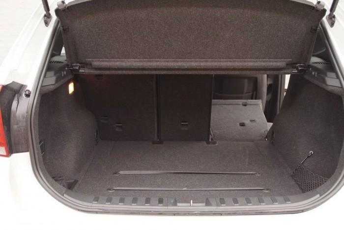 A csomagtér kialakítása példaértékű. Kis, hálós rekeszek, rögzítő gumiszalagok, sík padló...