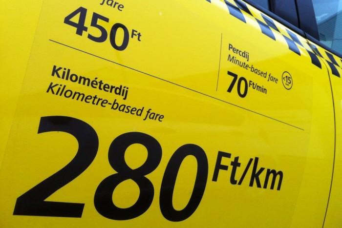 A fix tarifát megkapták számos új költséggel együtt. A jelentős drágulás miatt kevesebb lett az ügyfél, miközben többe kerül a taxizás