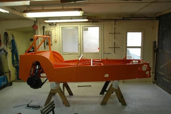 Narancsszínű festést kapott az alapoktól otthon készített karosszéria