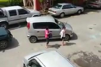 Kalapáccsal ütötték be a tilosban parkoló ablakát