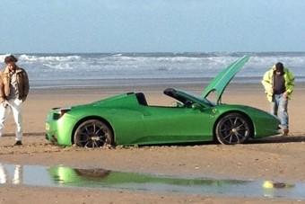 Ferrarival piknikezni a parton - rossz ötlet!