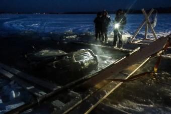 Terepjárót mentettek ki a jég alól