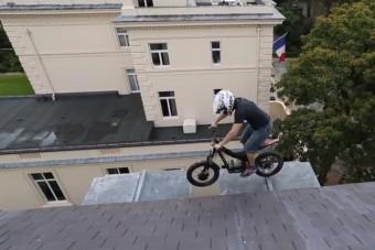 Életveszélyes motoros csapatás a háztetőn