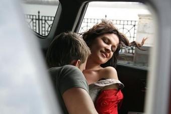 Kiskorúval szexelt a templom előtt álló autóban