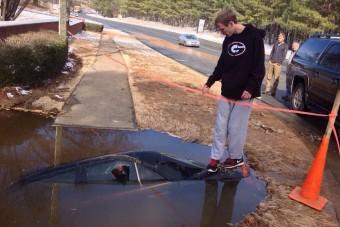 Megnyílt a föld az autó alatt