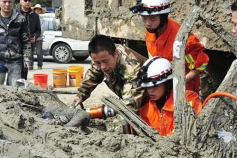 Több tonna sár alól húztak ki élve egy nőt