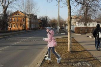 Rohangáló kislányok ijesztgetik az autósokat