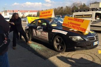 BMW, kalapáccsal szétzúzva