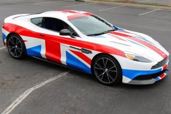Brit zászlóba öltöztetett hazafi