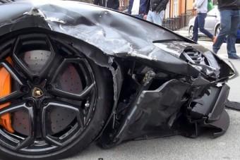Két autót is legyalult a Lamborghini