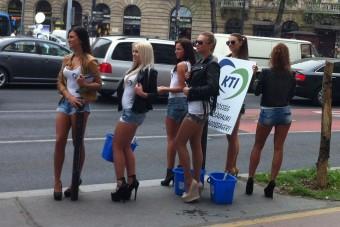 Szili Katalin nagymellű lányai mossák a pesti kocsikat