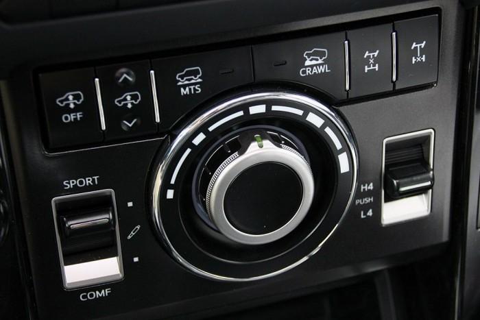 Bazinagy mosógépkapcsoló a középkonzolon. Kúszó üzemmódban ezzel állítható a kívánt sebesség.