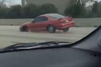 Három kerékkel vágtatott az autópályán