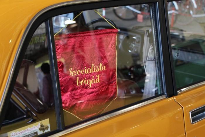 Korhű zászló egy szépen felújított Lada 2105 ablakában