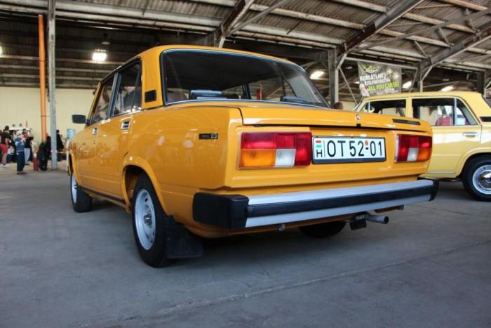 Lada 1300S - Az autó karácsonyi ajándékként került jelenlegi gazdájához 2012-ben. Aprólékos felújításon esett át, két sárvédő cserélve, homlokfallal együtt, majd alapos takarítás után teljes, igényes fényezést kapott. Nagyon sok '82-es részlet van rajta, ami már a '83-as évjáratok után nem volt jellemző.