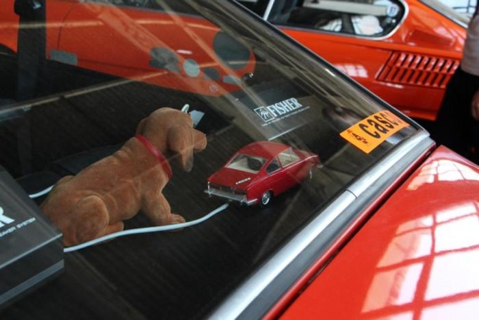 Kötelező kellékek sorakoznak a Skoda ablakában, bólogató kutya és eredeti Casco matrica!