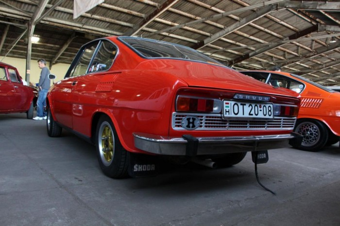 Skoda 110R - Ritka átmeneti kétlámpás típus, amelyből hazánkban ez az első minősített coupé. A teljes kárpitozása gyári, eredeti Skoda Motorsport magnézium felnikkel van felszerelve