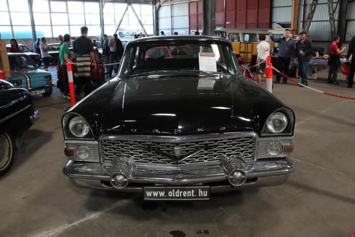 Csajka - GAZ 13 A szovjet nagyvad! 5,5 literes V8-as motorja kapitalista huncutsága csak a legfélelmetesebb pártvezéreknek rotyogott. Ez a példány szerepelt a Made in Hungaria című filmben, töretlen, motorja eredeti állapotban maradt fenn.