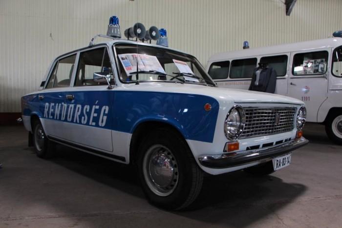 Rendőrségi Lada 21013. Ezerkettes hatvan lóerővel, speciális tartozékai az URH adó-vevő, a Presston 7512 szirénavezérlő, az Elektris hangsugárzók, és a Villtesz villogó
