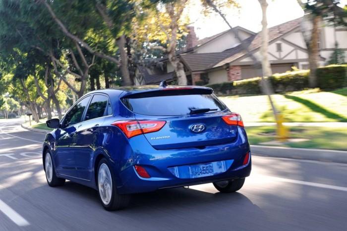 4. Hyundai Elantra, 861 417. A Hyundai-Kia konszern nem hivatalos, de stratégiai célja megelőzni a Toyotát. Az Ázsiában, a Közel-Keleten és Észak-Amerikában létfontosságú szedánok versenyében az Elantra jól áll, de a Corollát nem sikerült lenyomnia. Az Európában i30-ként ismert modellből más országokban a ferdehátú mellett van kupé is