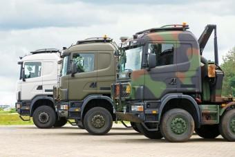 Civil kamionok katonai köntösben