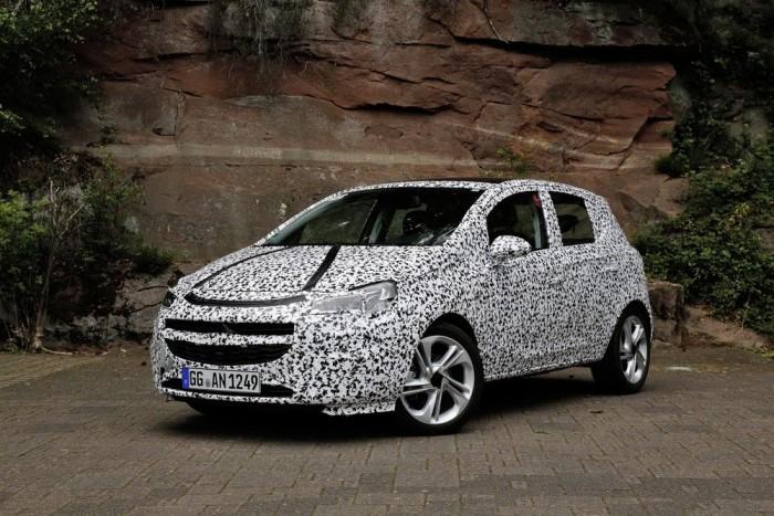 Nem teríti asztalra egyelőre az összes aduját az új Opel Corsa. Az álcázás ellenére sejthető, hogy elöl az Adam egyes vonásait örökli, míg oldalt az Astrához és az Insigniához hasonlóan kanyarodó él árulkodik az újdonságról. Az autó kiállása és formája azonban kísértetiesen emlékeztet a jelenleg futó Opel Corsáéra