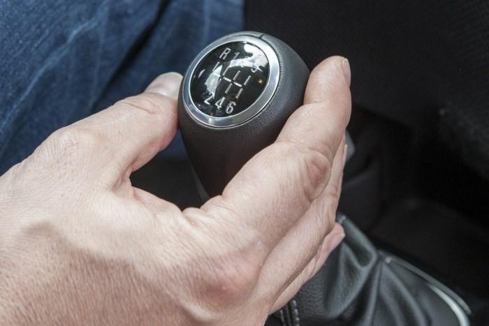 Ilyen sebváltógombot láttunk már Opel Corsában, csak nem benzinesben (illetve egyben van, az OPC-ben, de az nem átlagos Corsa). Az új, egyliteres, háromhengeres, turbófeltöltős benzinmotorhoz azonban ilyen jár. A frissen fejlesztett, 220 Nm-es nyomatékig terhelhető szerkezet kis erővel és sokkal pontosabban kapcsolható, mint a régi ötfokozatú