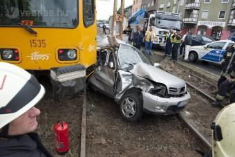 A nap képe: letarolta az autót a villamos