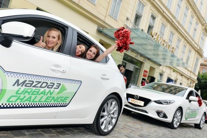 A Mazda öreg róka az autózásban, tudja, hogy nincs jó autóverseny csinos csajok nélkül