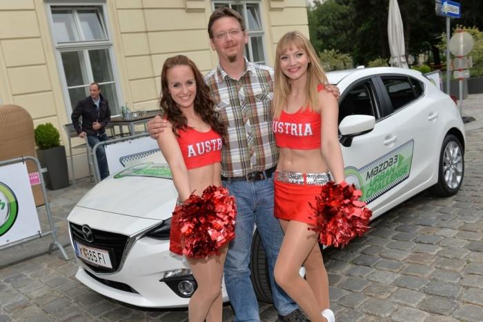 Két pompom-lányt is meg kellett autóztatni a versenyen, ráadásul úgy, hogy egyikük vezetett, őt instruálta az újságíró, nehogy elvigye a csapat fogyasztását. A mi lányaink ügyesek voltak, szégyenszemre az ötödik körben az addigi legjobb fogyasztást hozták ki a magyar kocsiból
