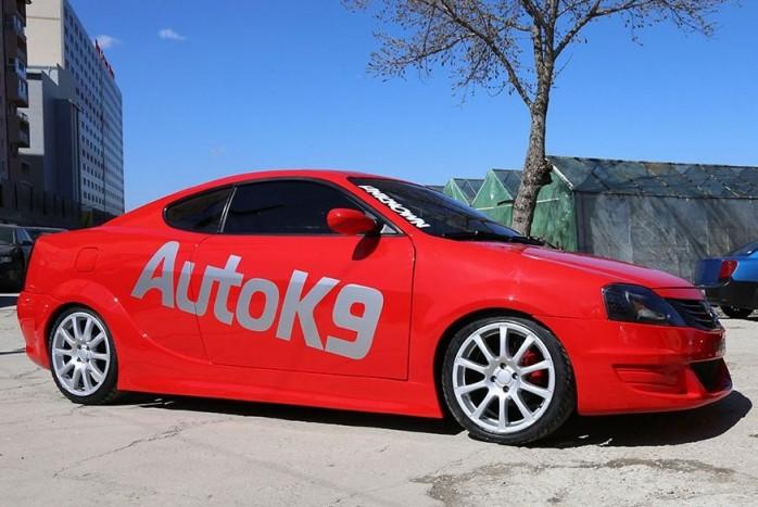 2013 A romániai AutoK9 egy Hyundai Coupé és egy első generációs Logan házasításával létrehozza egyedi Dacia kupéját. Ami a hivatalos vérvonalat illeti, ősszel bemutatkozik a Logan kombi, immár hagyományos, ötajtós karosszériával.