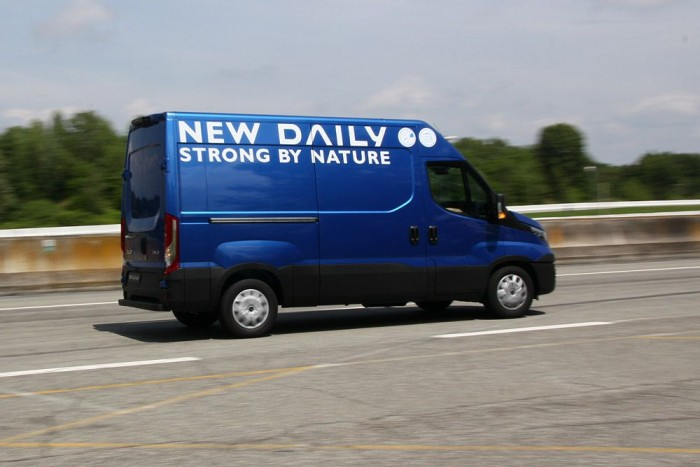 Az erősebb motorral felszerelt példányok megrakva is képesek a szabályosnál gyorsabb menetre