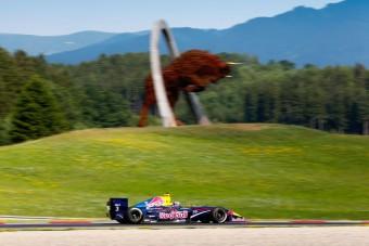 F1: A Mercedes nem lakhat a Red Bull szállodájában?