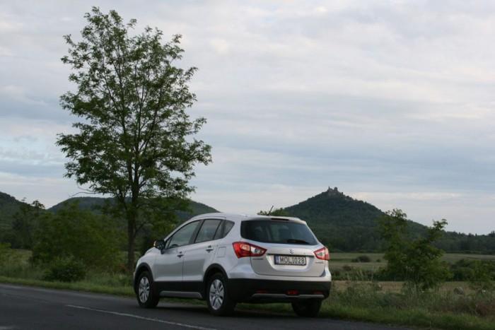 A Balaton-felvidékre vezetett az első út, a háttérben a szigligeti vár. A gyorsulás váratlanul élénk