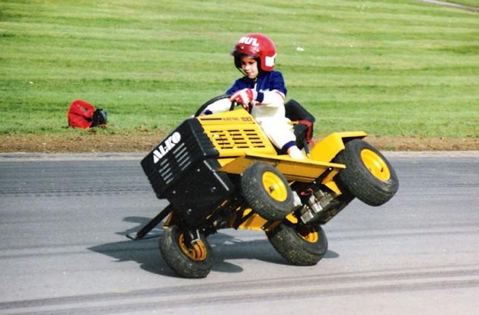Paul Swift hétévesen. Ezek az első szárnypróbálgatások a családi fűnyíró traktoron