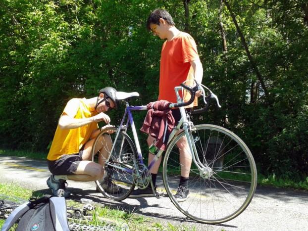 Kicsit elment a kedvünk a szingós biciklikeréktől. A belsőtlen, felnire ragasztott gumis versenygép defektje javíthatatlan volt