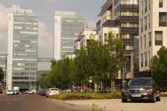 Az új E-osztályos kombi Mercedes látványa bármelyik városban üdítőleg hat az utcaképre