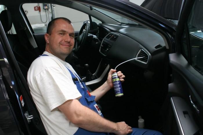 Szamosvári Tamás munkafelvevő mutatta meg, mit kell csinálni a sprayvel