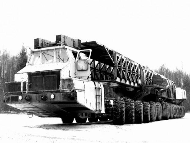 MAZ 7907 - A hidegháború igazi szörnyszülötte a harminc méter hosszú, 12 tengelyes rakétahordozó. 220 tonnás tömegbírása elég volt ahhoz, hogy hátára vegye a kor legnagyobb nukleáris rakétáit, mozgatásáról egy 1250 lóerős gázturbina és a minden kereket külön hajtó villanymotorok egysége gondoskodott. Az elkészült prototípusokból csak kettő maradt fenn.