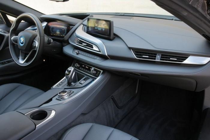 Alapvetően olyan minden, mint a többi BMW-ben, de azért van pár meghökkentő részlet. Két szellőzőrostély jobb oldalt, egy középen, például